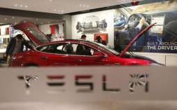Tesla-Autopilot-Drives-Owne.jpg